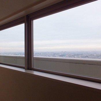 エレベーターを降りると!風景が絵のようです。※写真は26階の同間取り別部屋のものです