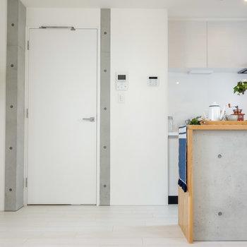 ダイニング側からキッチンを。※写真は2階の同間取り別部屋のものです。