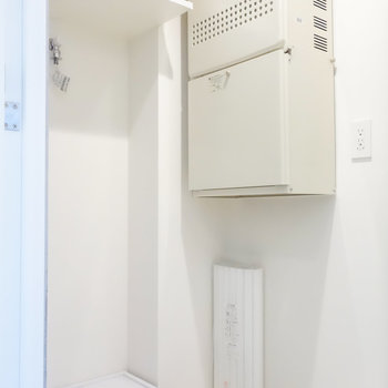 振り返って洗濯機置場です。※写真は2階の同間取り別部屋のものです。