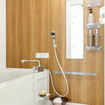 ボトル棚もしっかり浴室。※写真は2階の同間取り別部屋のものです。