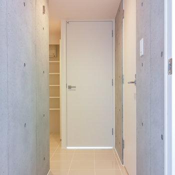 リビングから廊下です。奥のドアを開くと、、※写真は2階の同間取り別部屋のものです。
