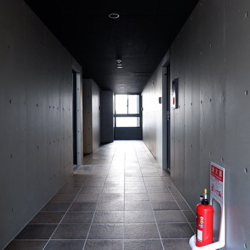 共用部はコンクリでシックに。エレベーターもありますしね。