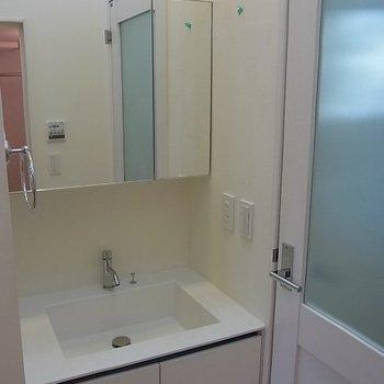 独立洗面台。※写真は1階の同間取り別部屋です。