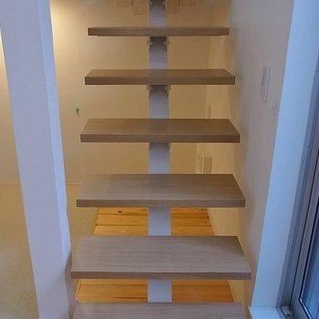梯子ではなく階段。※写真は1階の同間取り別部屋です。