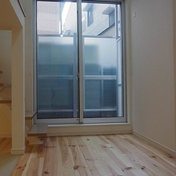 無垢のフローリング。※写真は1階の同間取り別部屋です。