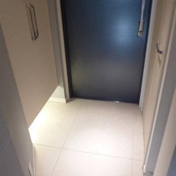 玄関のフットライト、パアァァァ!(※写真は6階の同間取り別部屋のものです)