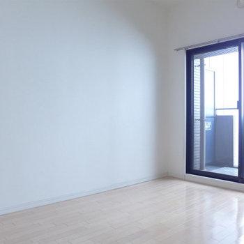 窓から柔らかい光。心地よいです!(※写真は6階の同間取り別部屋のものです)