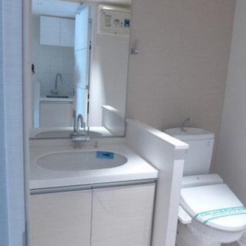 洗面台とトイレは同室です。ピカピカ!(※写真は6階の同間取り別部屋のものです)