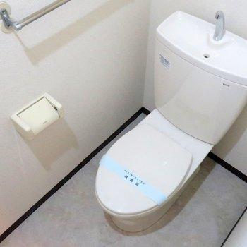 【トイレ】玄関よこにあります。窓もあります◎