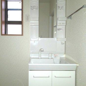 やっぱり独立洗面台!窓も嬉しい。※写真は1階の同間取り別部屋のものです