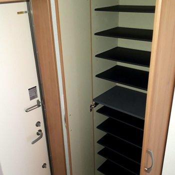 靴箱も収納力◯※写真は1階の同間取り別部屋のものです