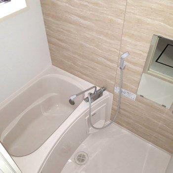 お風呂、きれいですね〜。浴室乾燥機・追い焚きもありますよっ!※写真は1階の同間取り別部屋のものです