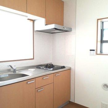 キッチンは広々、窓もありました!※写真は1階の同間取り別部屋のものです