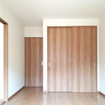 お次はお隣の洋室。※写真は1階の同間取り別部屋のものです