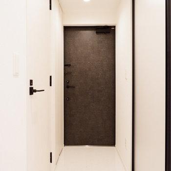 玄関はフラットに広く。