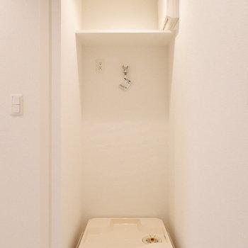 洗濯機置場上に洗剤など置ける棚が。