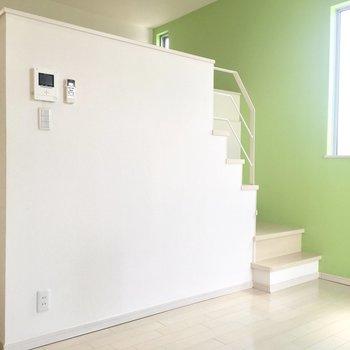 ミントの壁が栄えるお部屋です!(※写真は1階の同間取り別部屋のものです)
