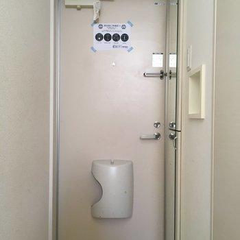 玄関も白で統一感を。(※写真は1階の同間取り別部屋のものです)