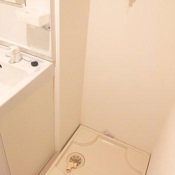横に洗濯置き場で動線ばっちり!(※写真は1階の同間取り別部屋のものです)
