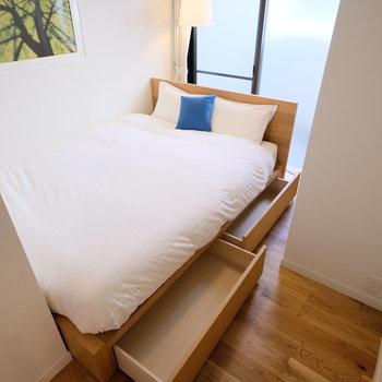 収納付きのダブルサイズベッド