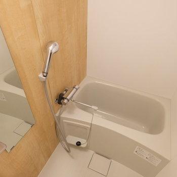 お風呂は清潔感のあるユニットバス