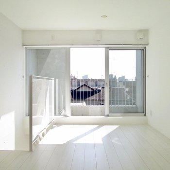 【上階】雪が積もったような真っ白な世界。※写真は3階の同間取り別部屋のものです