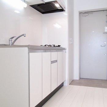 キッチンも広々と。手前に冷蔵庫置き場があります。※写真は3階の同間取り別部屋のものです