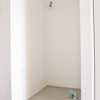 洗濯機置き場は玄関前に。※写真は3階の同間取り別部屋のものです
