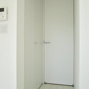 【下階】収納は扉前にあります。※写真は3階の同間取り別部屋のものです