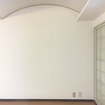まぁるいアーチがかった天井。※写真は3階の反転間取り別部屋のものです。