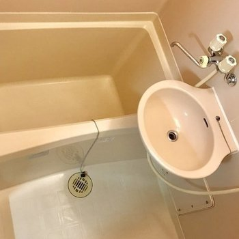 シンプルなお風呂。洗面所と併用でお使いください。
