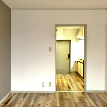 窓からの景色。洋室には水回りのモノがないので、存分に空間を使える。※洋室だけ通電前