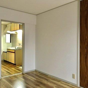 こちらの壁にはテレビや冷蔵庫を寄せよう。※洋室は通電前