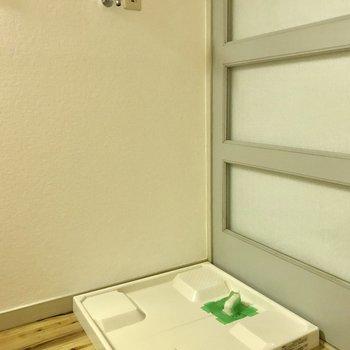 キッチンの横に洗濯置き場。そおの隙間をうまく使おう。