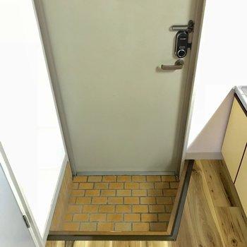 こちらに靴箱はないけど、一人用には収まる玄関。