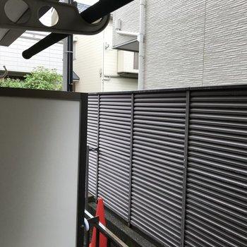 奥にも塀があるので、視線も気にならない上に、防犯の機能整っています。