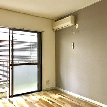 右手の壁にポスターを掛けて雰囲気を作っても良し。※洋室だけ通電前