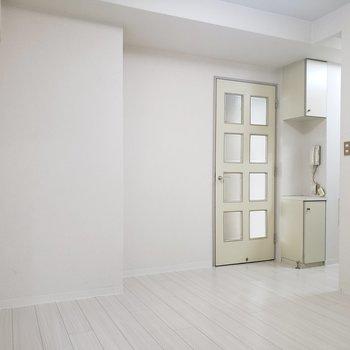 【DK】フローリングも白くてきれい。※写真は1階の反転間取り別部屋のものです