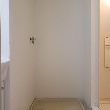 洗濯機は洗面台横のスペースに。※写真は1階の反転間取り別部屋のものです