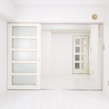【洋室6帖】真っ白~い空間。※写真は1階の反転間取り別部屋のものです