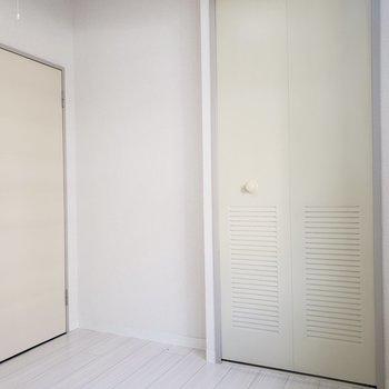 【洋室4.75帖】明るいお部屋です。※写真は1階の反転間取り別部屋のものです