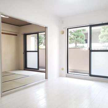 【洋室6帖】広々開放的なお部屋。※写真は1階の反転間取り別部屋のものです