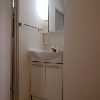 洗面台はコンパクトに。※写真は1階の反転間取り別部屋のものです