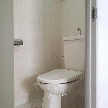 トイレは個室です。※写真は1階の反転間取り別部屋のものです