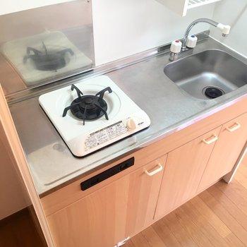 コンパクトなキッチン!横に冷蔵庫を◎