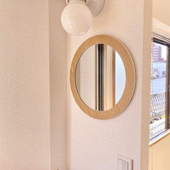 まぁるい鏡にまぁるいランプが素敵!