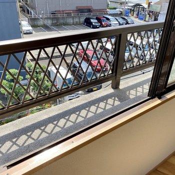 窓の外にはフラワーボックス。プランター菜園しようかな。