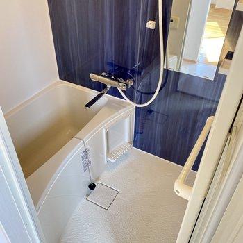 浴室もブルーのアクセントパネルが爽やかなのです◯
