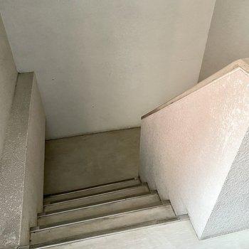 階段幅はこれくらい。家具の搬入前にご確認を。