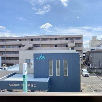 正面の窓からの景色も抜けていて青空が見えます。